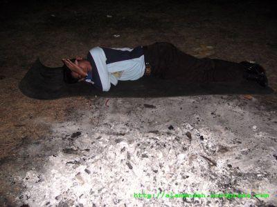 tidur dekat bekas api unggun