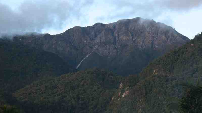 http://alamendah.files.wordpress.com/2011/04/gunung-binaiya.jpg
