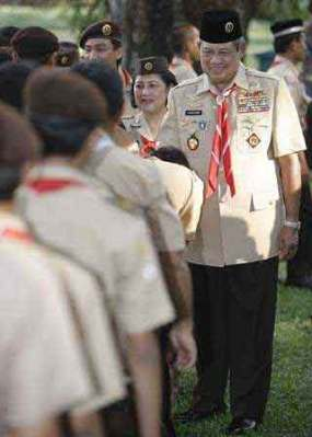 Presiden RI Susilo Bambang Yudhoyono mengenakan seragam pramuka
