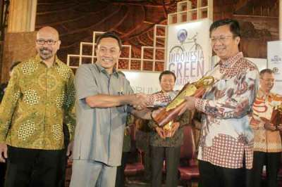 Menhut-serahkan-indonesia-green-award-2011