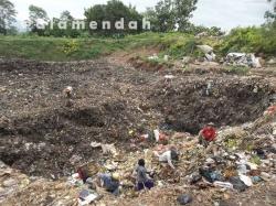 Pemulung dan sampah di TPA Pati