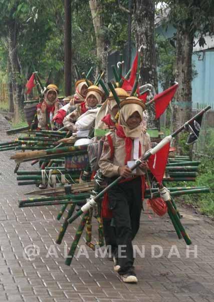 Regu Penggalang sedang mengikuti kegiatan packing dalam Lomba Tingkat