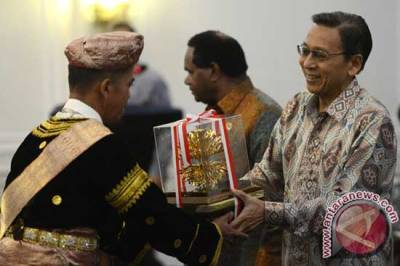 Wapres Boediono menyerahkan penghargaan Kalpataru 2014