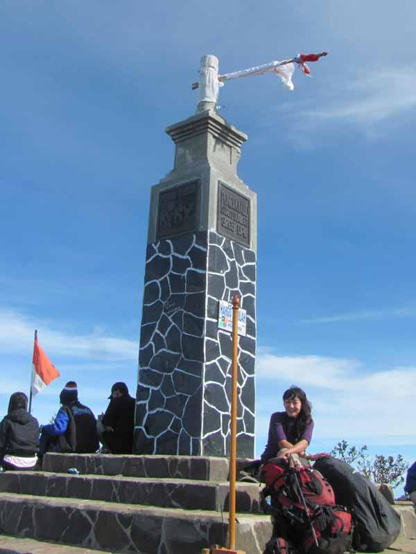 Hargo Dumilah, tugu di puncak gunung Lawu